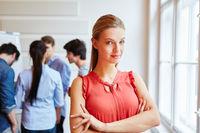 Geschäftsfrau in Start-Up Firma vor Team