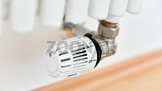 Thermostat an Heizung beim Heizen im Winter