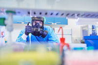 Mediziner arbeitet an Covid-19 Impfstoff im Labor