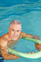 Senior Mann beim Aquafitness