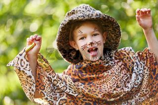 Kind mit Kostüm zu Karneval als Leopard