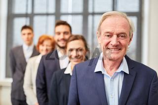 Senior Manager vor Business Team Gruppe