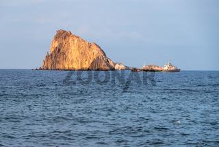 Blick im Tyrrhenischen Meer auf Felsen - Italien, Kalabrien