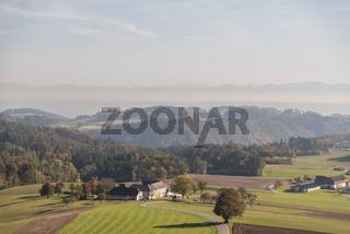 Fernsicht im Oberen Donautal - bäuerliche Betriebe und hügelige Landschaft, Austria
