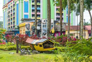 Sampan als Denkmal an der Uferpromenade von Kuching