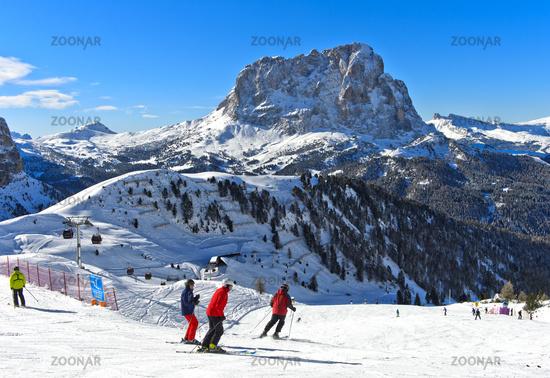 Skiers at the Gardena Pass, Passo Gardena, against the Saslonch mountain, Sassolungo, Val Gardena