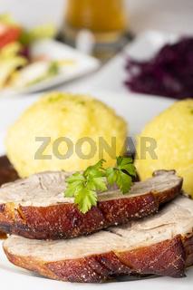 bayerischer Schweinebraten mit Knödeln