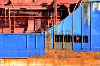 Detailansicht eine Hochseefrachters - Hydraulikleitungen und Rohre, stark verrostet | Detail view of an ocean-freighter - hydraulic pipes and tubes, heavily rusted