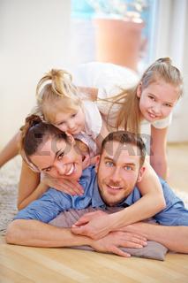 Glückliche Familie mit zwei Töchtern im Haus