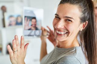 Junge Frau mit Tablet Computer beim Videochat