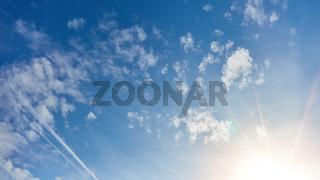 Blauer Himmel mit weißen Wolken und Sonne als Header