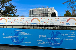 Plakatwände mit dem Motto Gesundheit für alle am Sitz der Weltgesundheitsorganisation WHO