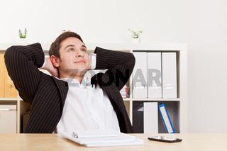 Geschäftsmann entspannt im Büro