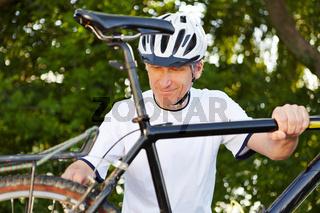 Mann bei Fahrradreparatur