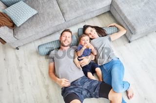 Porträt einer glücklichen Familie mit Kind