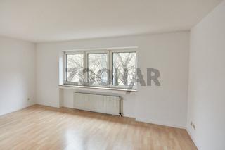 Großer leerer Raum als Wohnzimmer in Wohnung nach Renovierung