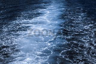 Dunkelblauer Ozean mit weisser Gischt