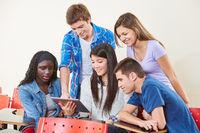 Gruppe Schüler mit Tablet Computer