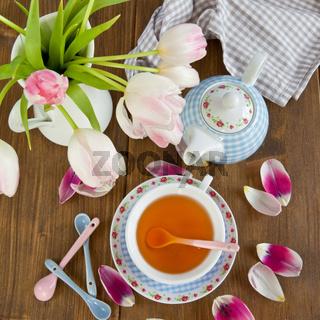 Tee in bunter Tasse