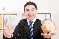 Jubelnder Geschäftsmann mit Geldscheinen
