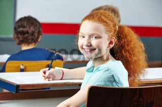 Mädchen lächelt im Unterricht