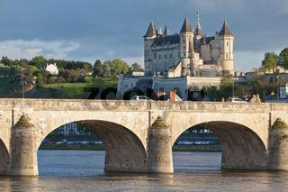 Chateau Saumur mit Brücke über die Loire