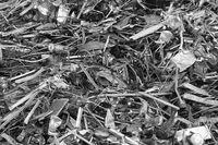 Eisenschrott auf einem Schrottplatz, schwarzweiß