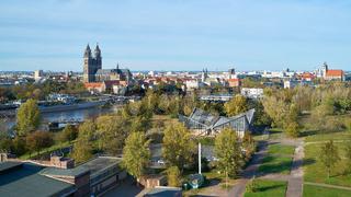 Blick über den Stadtpark Rotehorn zum Magdeburger Dom