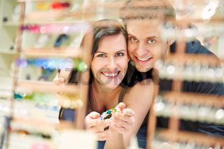Paar beim Shopping beim Juwelier