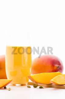 Mango Lassie und Fruchtfleisch über Weiß