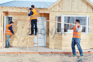 Gruppe Handwerker beim Haus bauen