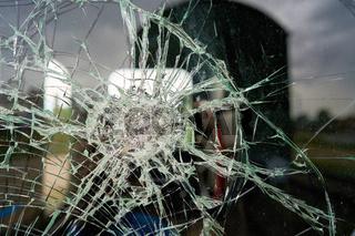 zerstörtes Glas der Fensterscheibe