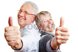 Glückliches Paar Senioren hält Daumen hoch