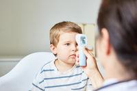 Kinderarzt beim Fieber messen bei einem Kind