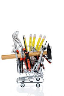 Werkzeug in einem Einkaufswagen