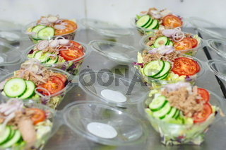 Salat-Snacks in Schalen