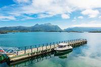 Anlegestelle mit Boot an der Küste auf den Lofoten in Norwegen
