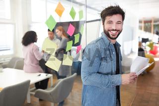 Fröhlicher Start-Up Existenzgründer mit Papieren