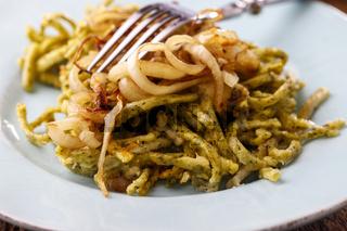 Bayerische Spinat Spaetzle Pasta auf Holz
