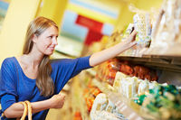 Frau greift nach Nudeln im Supermarkt