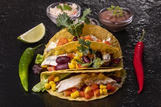 drei mexikanische Tacos auf Tuch