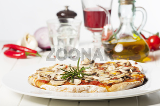 italienische Pizza Funghi auf einem weißen Teller
