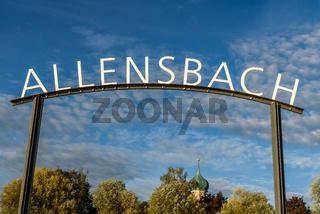 Ortsname und Kirchturm an der Anlegestelle in Allensbach, Bodensee, Baden-Württemberg, Deutschland