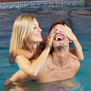 Lachendes Paar hat Spaß im Schwimmbad