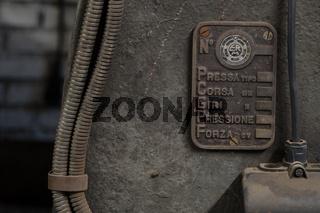 Öldruckschläuche an einer Maschine