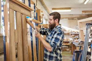 Möbelbauer kontrolliert Checkliste für Auftrag