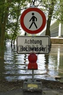 Achtung Hochwasser, Schild mit roter Warnleuchte