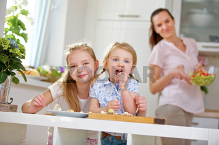 Familie bei Frühstück mit Ei