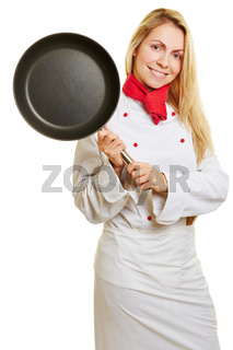 Frau als Koch hält Pfanne