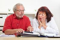 Schockierte Senioren im Minus